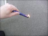 火がついたら線香を下に向け、火が先端の全体にいきわたるようにします。火がいきわたったら、香立て・香炉に線香をお供えください。(紫の紙は燃えやすいので、そのまま線香と一緒に燃えつきます。)